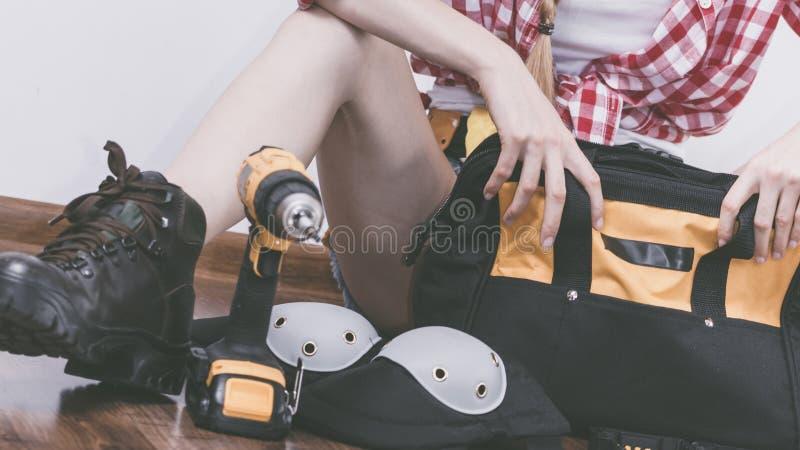 有工具袋的妇女建设性的工作者 库存图片