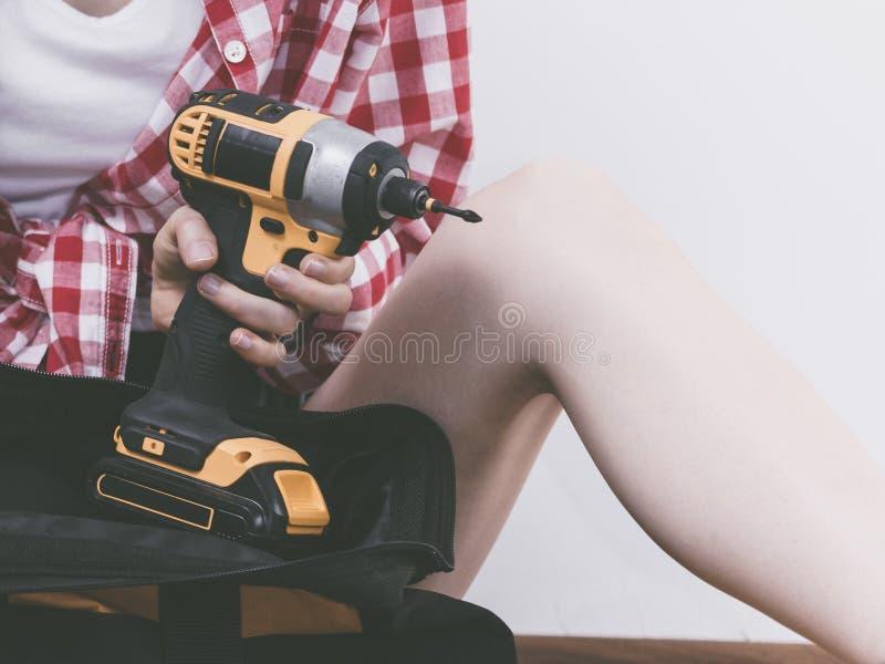 有工具袋的妇女建设性的工作者 库存照片