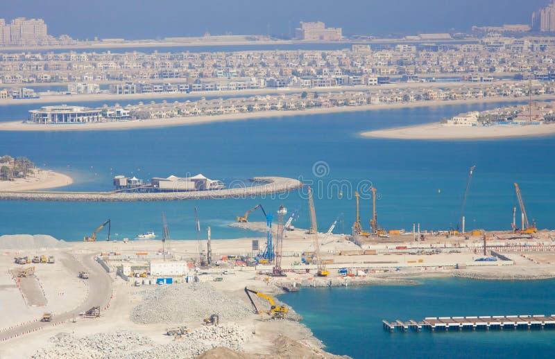 有工程项目的迪拜市在海 海岛掌上型计算机 库存图片