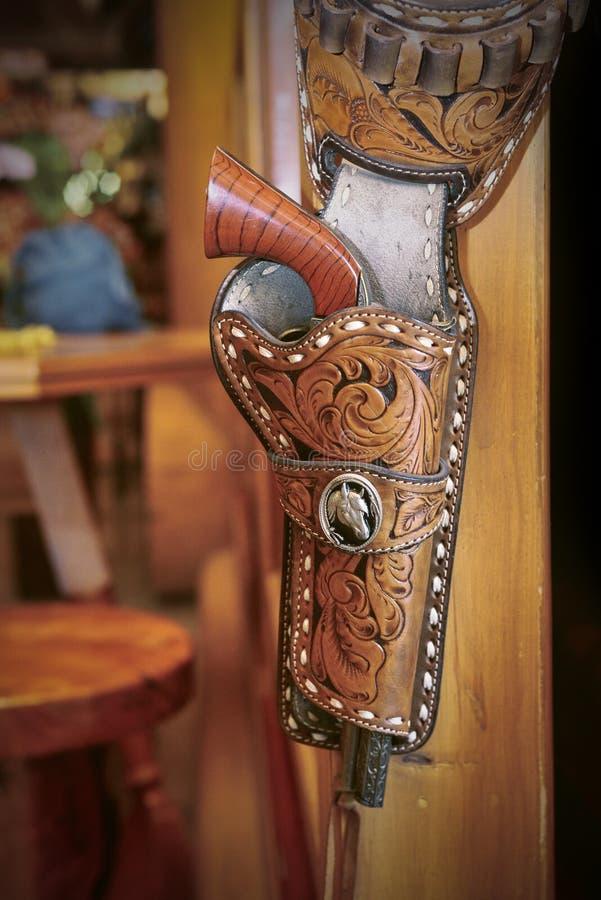 有左轮手枪的一条手枪皮套传送带 图库摄影