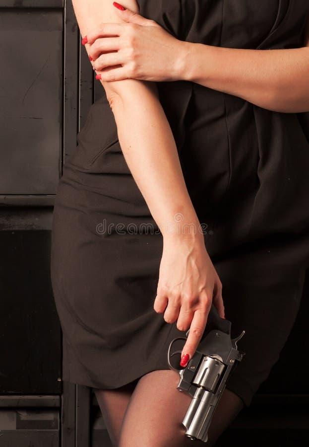 有左轮手枪的妇女 免版税库存照片