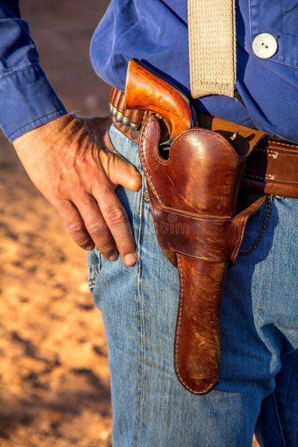 有左轮手枪的牛仔在手枪皮套 免版税图库摄影