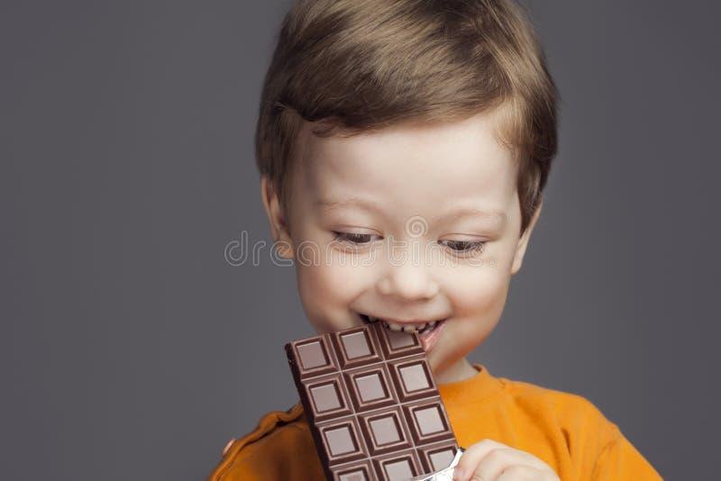有巧克力块的男孩 免版税库存照片