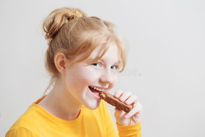 有巧克力块的青少年的女孩 免版税库存照片