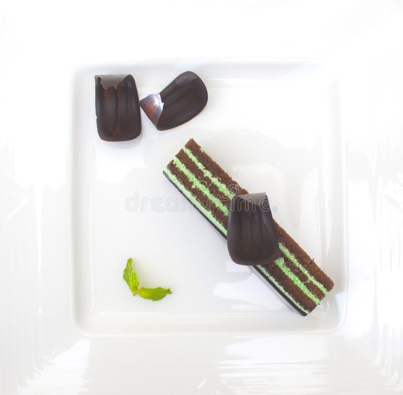 有巧克力食品项目的美丽的白色盛肉盘介绍的 免版税库存照片