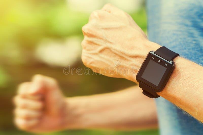 有巧妙的手表的赛跑者外面本质上 免版税库存图片