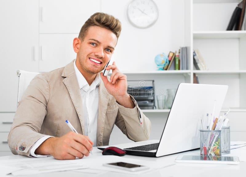 有巧妙的电话和膝上型计算机的商务伙伴 库存照片
