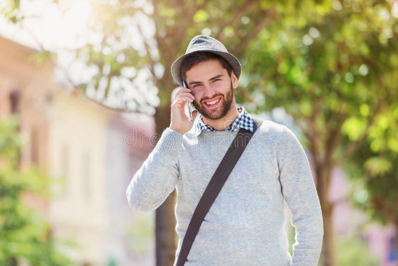 有巧妙的电话的人 免版税库存图片