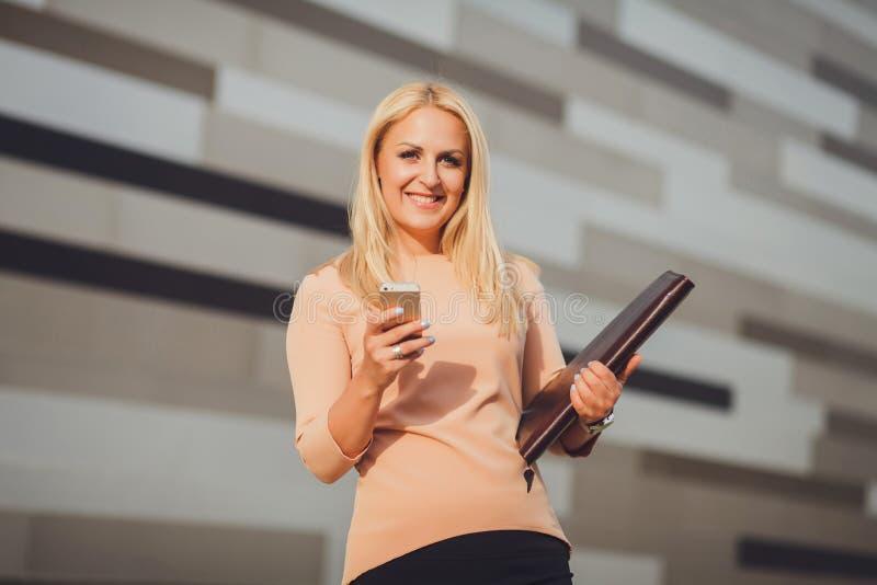 有巧妙的电话的女实业家专家 免版税库存图片