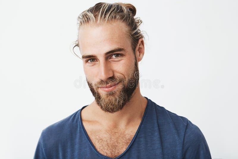 有巨大发型的微笑英俊的瑞典成熟的人和胡子,看在与确信和私秘的照相机 免版税库存图片