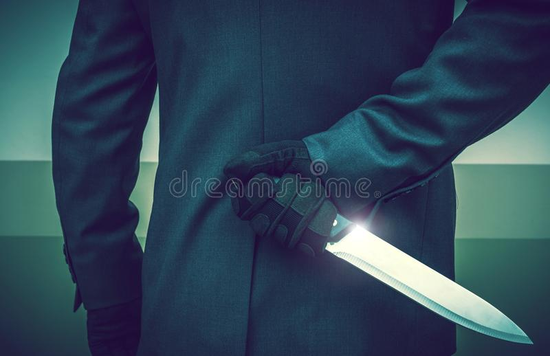 有巨大的刀子的凶手 免版税库存照片