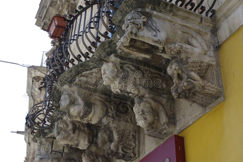 有巴洛克式的样式装饰品的典型的老阳台 免版税库存照片