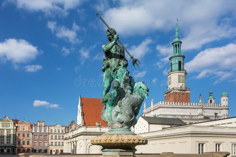 有市政厅塔的海王星喷泉在主要市场Rynek广场的背景中,波兹南,波兰 免版税库存照片