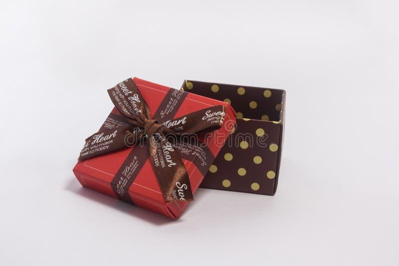 有布朗丝带弓的礼物盒 库存照片