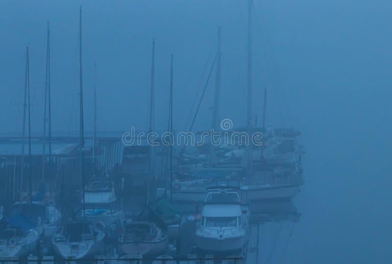 有帆船的有雾的港口在冬天 库存图片