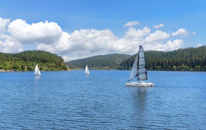 有帆船的湖 免版税图库摄影