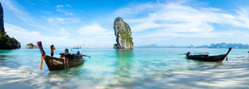 有帆船附载的大艇的海滩在酸值Poda,泰国的全景和石灰岩地区常见的地形 免版税库存图片