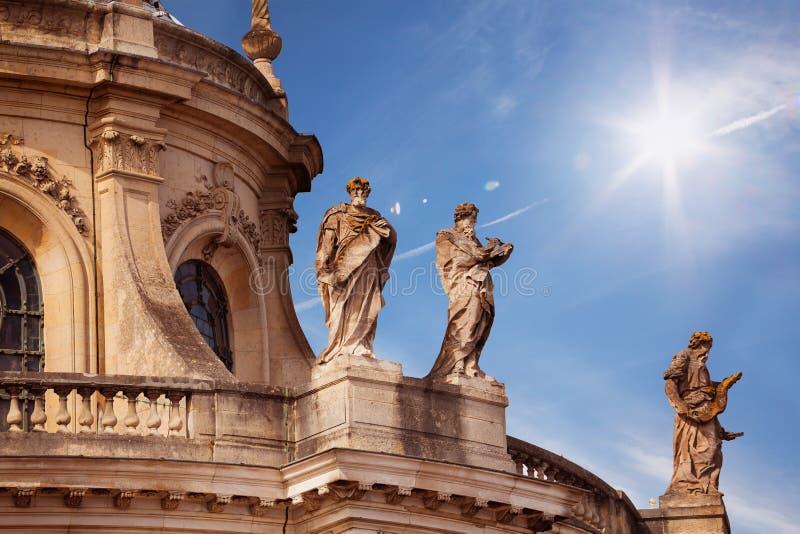 有希腊雕塑装饰的法国皇家教堂 库存图片