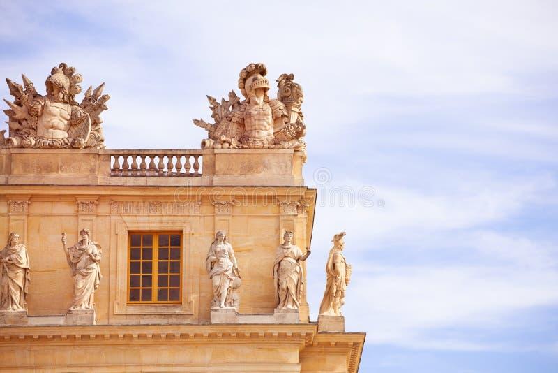 有希腊骑士雕塑的凡尔赛宫 免版税图库摄影