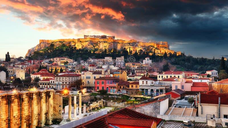 有帕台农神庙寺庙的上城反对日落在雅典,希腊 免版税库存照片