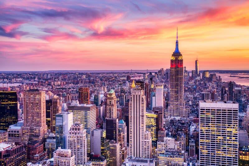 有帝国大厦的纽约中间地区惊人的日落的 图库摄影