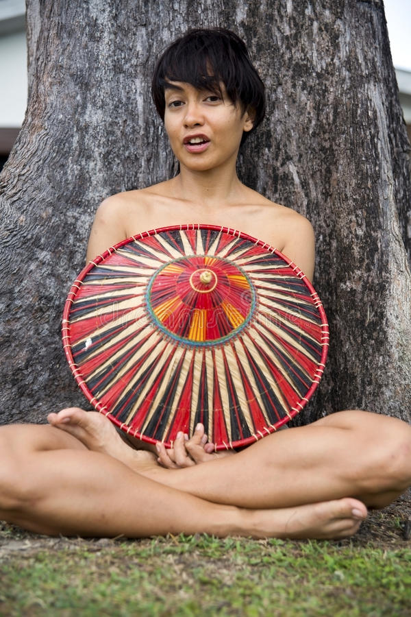 有帽子的可爱的亚裔夫人 免版税库存照片