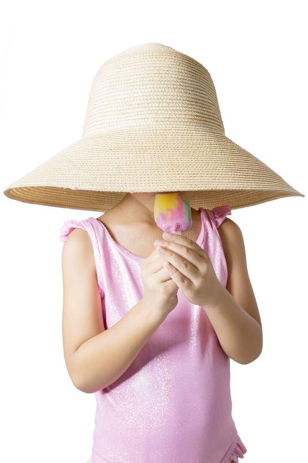 有帽子的孩子在演播室吃冰淇凌 库存照片
