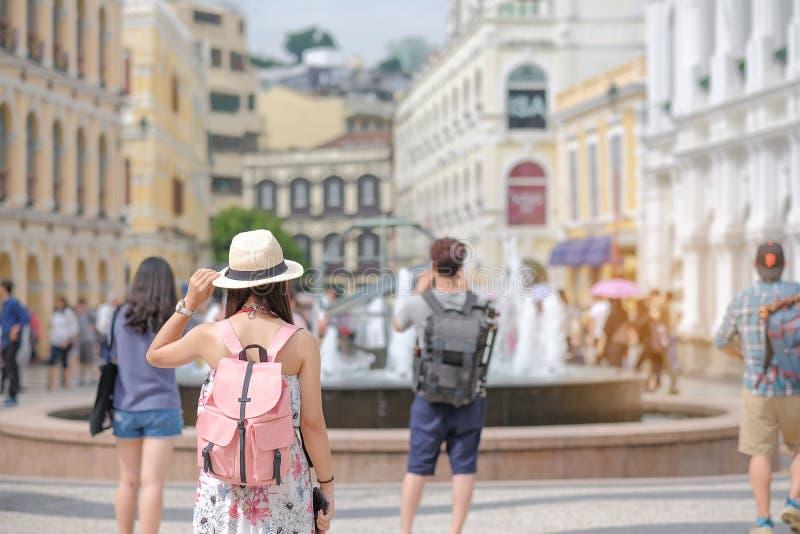 有帽子的年轻女人旅行的背包徒步旅行者,在Senado广场的亚洲旅客身分,地标和普遍旅游景点的 图库摄影