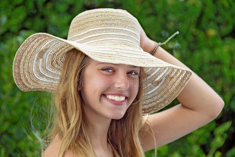 有帽子的微笑的十几岁的女孩 图库摄影