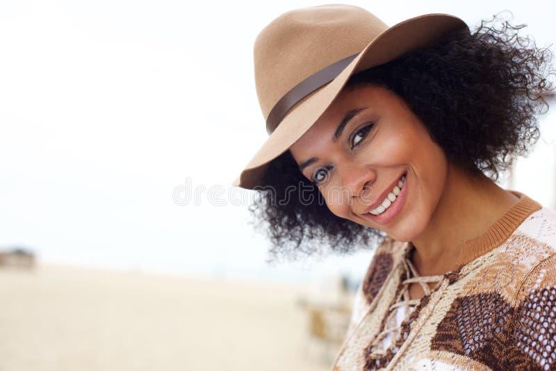 有帽子的微笑的非裔美国人的时尚妇女 库存图片