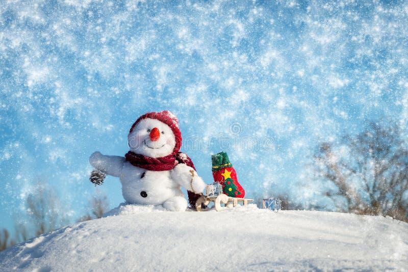 有帽子的愉快的雪人 免版税库存图片