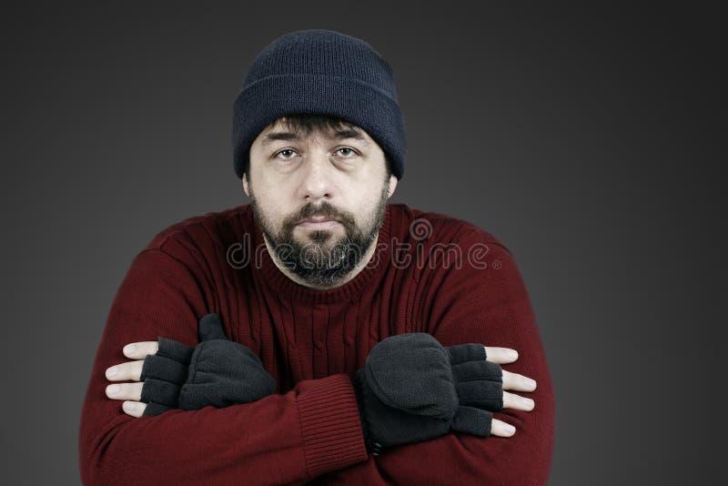 有帽子的成为不饱和的无家可归的人 库存图片