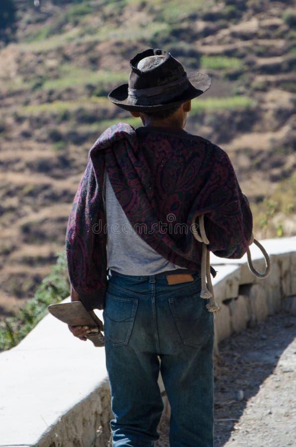 有帽子的走与刀子的老农夫特写镜头  免版税库存照片
