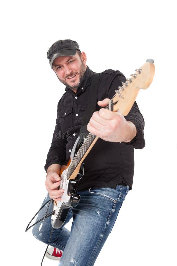 有帽子的年轻人和胡子在充满热情的电吉他使用 查出在白色 库存图片