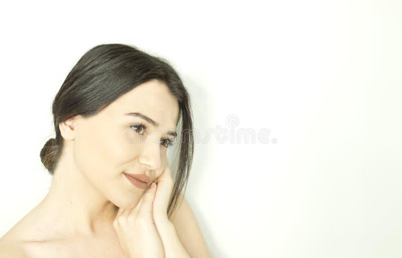 有干净和健康皮肤的微笑的美丽的年轻女人 免版税图库摄影