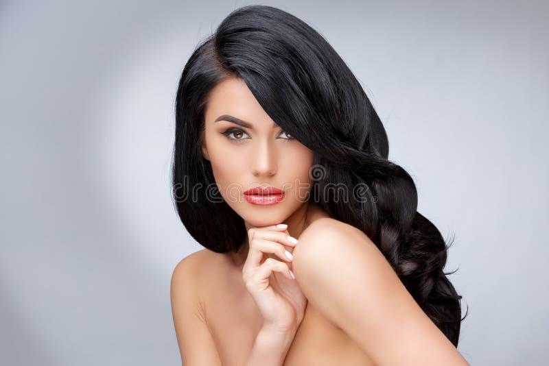 有干净的健康卷发的美丽的少妇 免版税库存图片