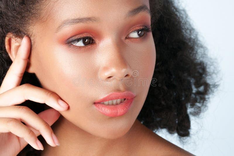 有干净的完善的皮肤特写镜头的年轻美丽的黑人女孩 库存照片