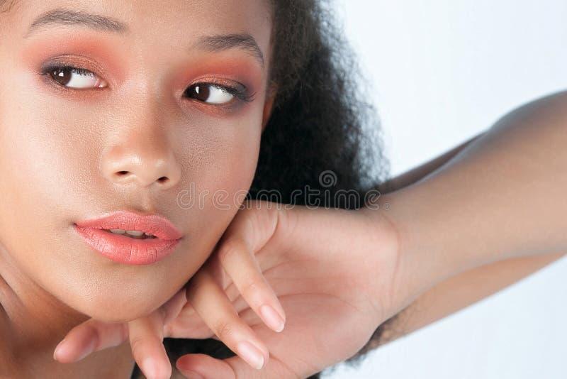 有干净的完善的皮肤的年轻美丽的黑人女孩 库存照片