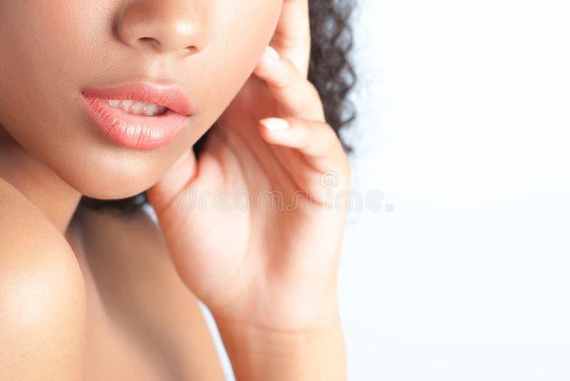 有干净的完善的皮肤的年轻美丽的黑人女孩 免版税库存照片