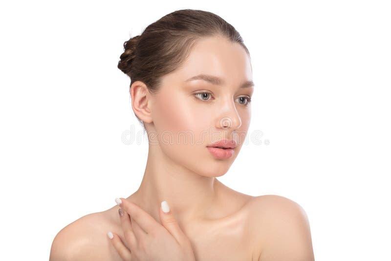 有干净的完善的皮肤的美丽的少妇 秀丽查出的纵向白色 温泉 免版税库存照片