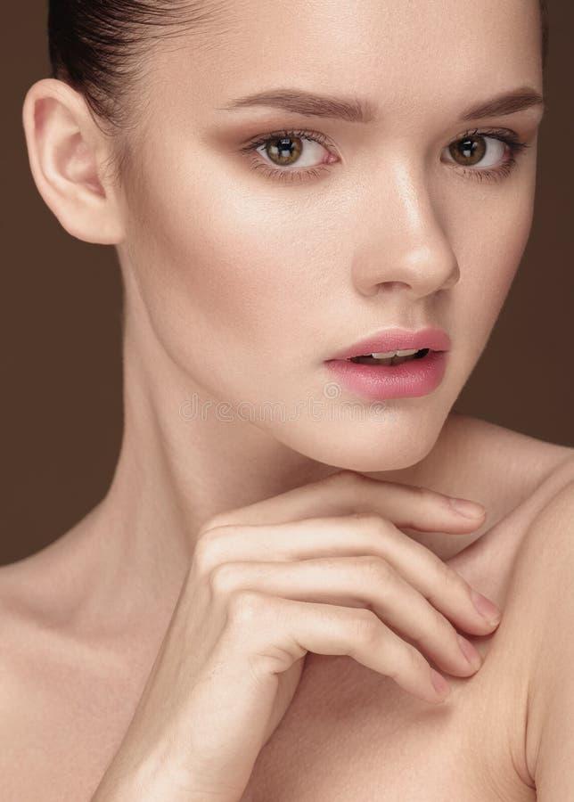 有干净的新皮肤关闭的美丽的少妇在灰棕色 免版税库存图片