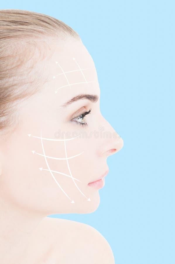 有干净的新皮肤和箭头拼贴画的美丽的女性 图库摄影
