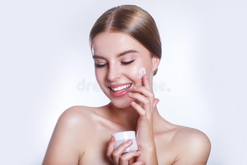有干净的新皮肤接触的美丽的少妇拥有面孔 面部治疗 整容术、秀丽和温泉 免版税库存图片