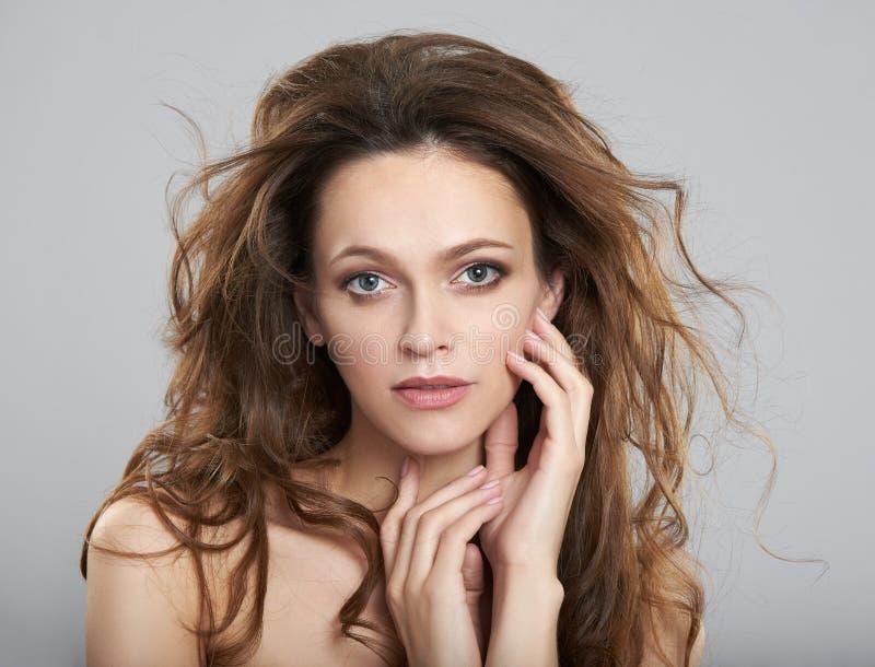 有干净的新鲜的皮肤和长发的美丽的年轻女人 免版税库存图片
