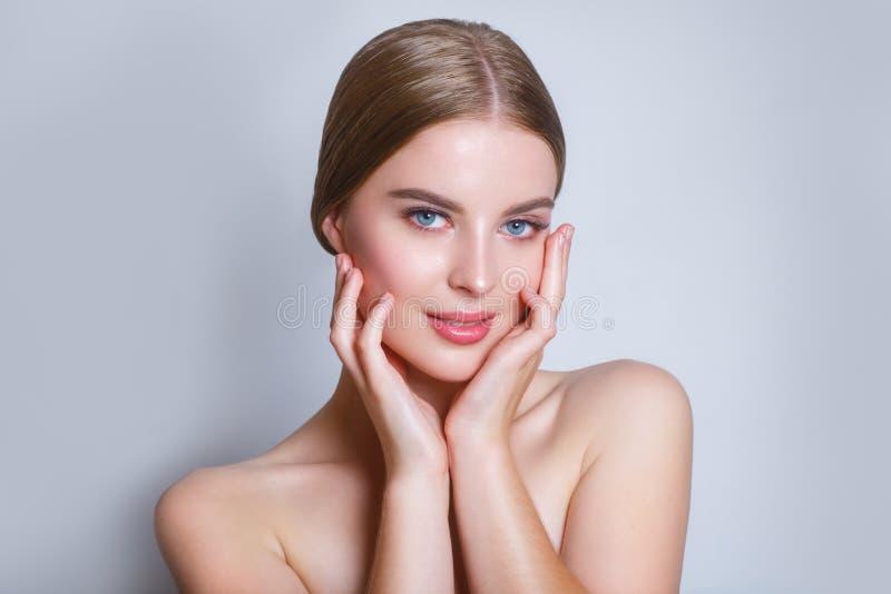 有干净的新鲜的皮肤的美丽的少妇 女孩秀丽面孔关心 面部治疗 整容术、秀丽和温泉 免版税库存图片