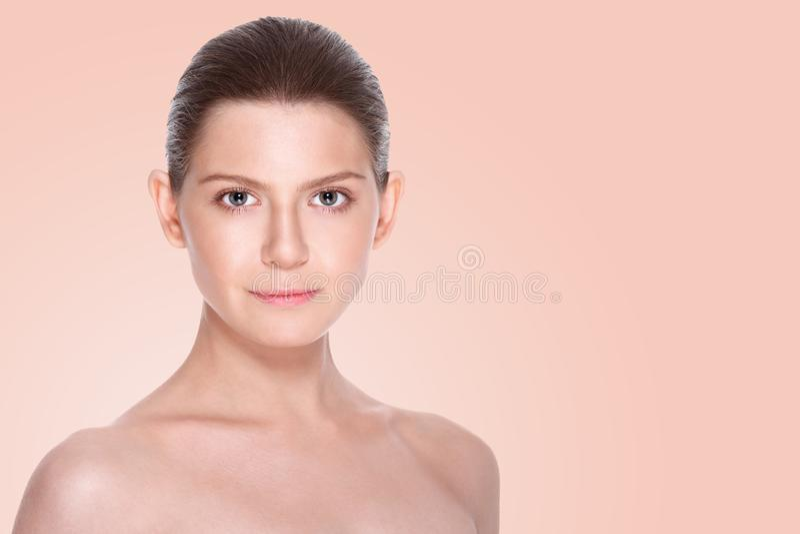 有干净的新鲜的皮肤的美丽的少妇 面部治疗 整容术 免版税库存照片