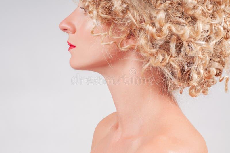 有干净的新鲜的皮肤的美丽的少妇 黄瓜面罩处理白人妇女 库存照片