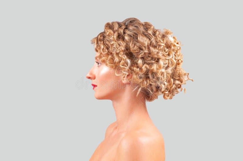 有干净的新鲜的皮肤的美丽的少妇 黄瓜面罩处理白人妇女 免版税库存照片