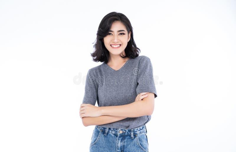 有干净的皮肤、自然构成和白色牙的愉快的快乐的年轻亚裔妇女在白色背景 免版税图库摄影