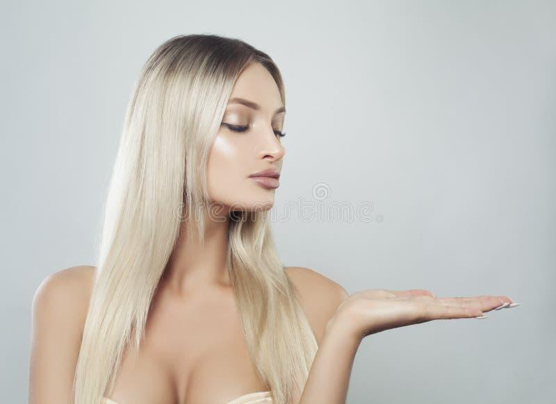 有干净的皮肤的,自然构成完善的少妇 免版税库存照片